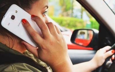 دوران ڈرائیونگ فون پر مصروف خاتون نے گاڑی وارڈن پر چڑھادی