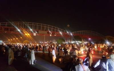 آزادی مارچ کے انتظار میں کھڑے لوگ پل سے نیچے گر گئے، کتنے جاں بحق ہوئے؟ جان کر آپ کی آنکھیں بھی نم ہوجائیں گی
