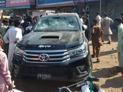 پی ٹی آئی رہنما حلیم عادل شیخ کی گاڑی پر پتھروں سے حملہ