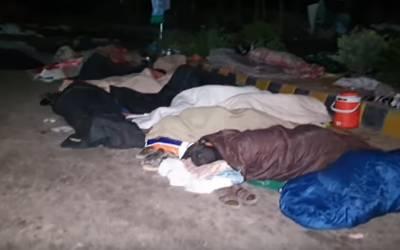 مولانا کے دھرنے میں شرکاء ٹھنڈی سڑک پر سو کر رات گزار رہے ہیں...جس کو جہاں جگہ ملی وہیں سو گیا, آپ بھی دیکھیے