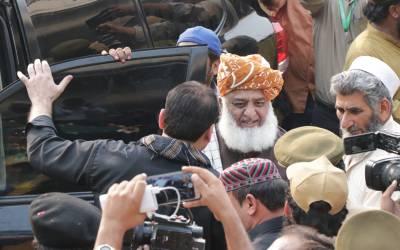 سینئر صحافی سلیم صافی آزادی مارچ کے کنٹینر پر گئے تو انہیں خطاب کی دعوت دی گئی لیکن انہوں نے کیا جواب دیا ؟ پنڈال سے بڑی خبر آ گئی