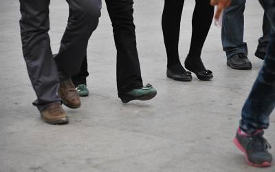 ائیرپورٹ پر خاتون مسافر کی عجیب سی چال، اہلکاروں نے چیک کیا تو جوتوں میں کیا چھپا رکھا تھا؟ کسی نے سوچا بھی نہ تھا