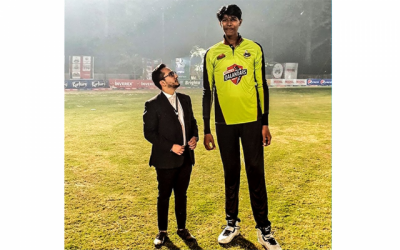 لاہور قلندرز نے محمد عرفان سے بھی لمبا باﺅلر ڈھونڈ لیا، کتنا قد ہے؟ جان کر آپ بھی حیران رہ جائیں
