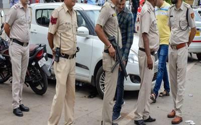 پولیس کا جسم فروشی کے اڈے پر چھاپہ، حساس ادارے کے اہلکار سمیت 3 مرد اور 2 خواتین قابل اعتراض حالت میں گرفتار