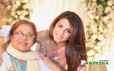 اشنا شاہ کی والدہ اور پی ٹی وی کی لیجنڈری اداکارہ عصمت طاہرہ کے گھر چوری، پولیس کا ایسا شرمناک سلوک کہ دلبرداشتہ ہو کر مکان ہی چھوڑ دیا