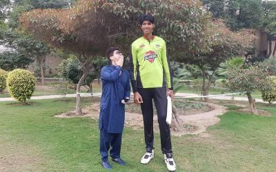 قد 7 فٹ 5 انچ، لاہور قلندرز میں شامل دنیا کا سب سے دراز قد کرکٹر، آپ بھی ایکشن میں دیکھیے