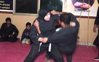 کراٹے کی ماہر آنکھوں سے محروم پاکستانی لڑکی جو اپنے سے کئی گنا طاقتور مردوں کو منٹوں میں ڈھیر کر دیتی ہے