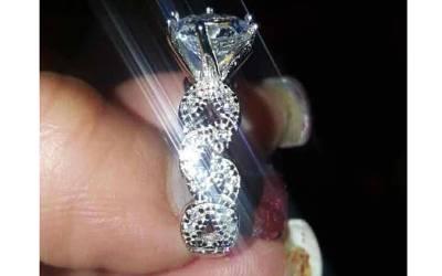 دلہن نے منگنی کی انگوٹھی کی تصویر سوشل میڈیا پر لگائی تو اس کی انگلی دیکھ کر لوگ اُلٹا اس پر برس پڑے، شرم سے پانی پانی کردیا