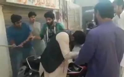 بگڑے نوجوانوں کا استاد پر لاٹھیوں اور جوتوں سے تشدد، ویڈیو دیکھ کر آپ کا غصہ آسمانوں کو چھونے لگے