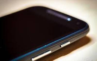 بیرون ملک سے موبائل فون لانے پر ٹیکس لیکن اس کے نفاذ کے بعد موبائل کی درآمدات میں کیا فرق پڑا؟ دعویٰ ایسا کہ یقین کرنا مشکل