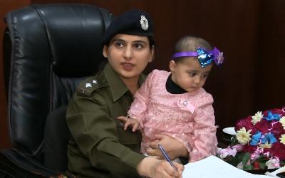 اے ایس پی عائشہ بٹ اپنی ننھی سی بیٹی کو پولیس سٹیشن میں اپنی گود میں بٹھا کر اپنے فرائض سرانجام دے رہی ہیں، یہ ہے میرا پاکستان!