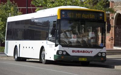 چلتی بس میں مسافروں کے سامنے اپنے دوست کے ساتھ جسمانی تعلق قائم کرنے والی لڑکی کے خلاف عدالت نے بڑا حکم دے دیا
