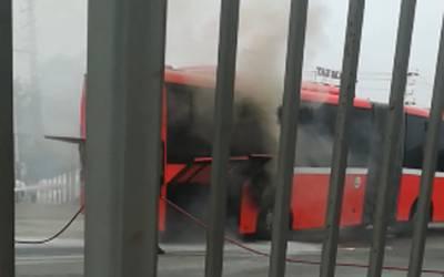 لاہور میٹرو بس میں آگ بھڑک اُٹھی
