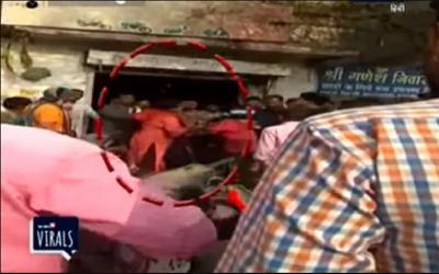 13 سالہ طالبہ کے ساتھ چھیڑ خانی کرنے والے اوباش کی بچی کی ماں کے ہاتھوں سر عام دھلائی، ویڈیو سوشل میڈیا پر وائرل