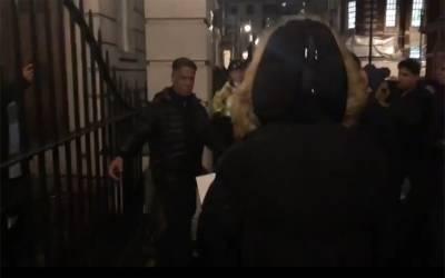 پاکستانی مظاہرین نے لندن میں نواز شریف کے گھر پر حملہ کردیا