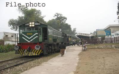 سرگودھا سے راولپنڈی جانے والی سرگودھا ایکسپریس ڈمپر سے ٹکرا گئی،ٹرین کا ڈرائیورجاں بحق ،دوسرازخمی