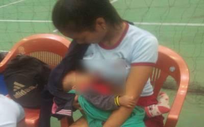 والی بال میچ کے دوران خاتون کھلاڑی نے اپنے بچے کو دودھ پلانا شروع کردیا، تصویر سوشل میڈیا پر وائرل ہوگئی