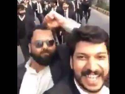 ''دیکھو یہ لشکر آج گھس کر مارے گا''کالے کوٹ پہنے غنڈوں کی ویڈیو سوشل میڈیا پر وائرل ہو گئی