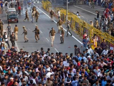 بھارت میں متنازع شہریت بل کیخلاف احتجاج،کرفیو نافذ،پولیس کا لاٹھی چارج درجنوں افراد گرفتار