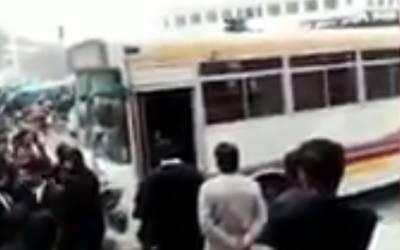 میڈیکل کالج کی بس پر بھی وکلا کا دھاوا، نئی ویڈیو سامنے آگئی