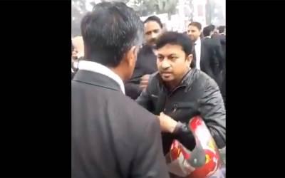 """"""" تمھیں دکھتا نہیں کہ وکیل کھڑے ہیں ، واپس موڑو۔۔""""وکلاءنے سڑکیں بلاک کر کے شہریوں کو تھپڑ مارنے بھی شرو ع کر دیئے ، ویڈیو سوشل میڈیا پر وائرل"""