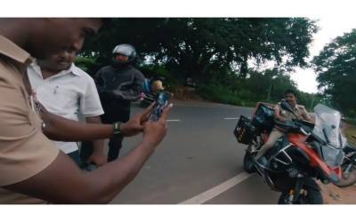 پولیس نے تصویریں بنانے کے لئے موٹرسائیکل سوار کو سڑک پر روک لیا