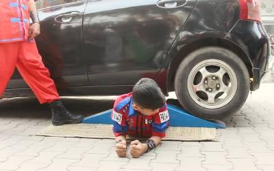 9 سالہ پاکستانی بچے کے اوپر سے گاڑی گزر گئی اور بال بھی بیکا نہ ہوا