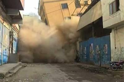کراچی کے علاقے پراناحاجی کیمپ ٹمبرمارکیٹ میں6 منزلہ عمارت گرگئی