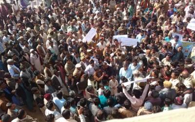 معروف سیاسی سماجی اور راجپوت گھرانےسےتعلق رکھنےوالی معروف شخصیت عمرکوٹ کے راناہمیرسنگھ اور انکی فیملی پر ڈمی پروگرام نشر کرنےخلاف احتجاج پریس کلب عمرکوٹ کےسامنے احتجاجی مظاہرہ