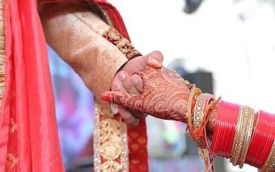 دولہا نے شادی کے موقع پر اپنی دلہن کی انتہائی شرمناک ویڈیو سب مہمانوں کے سامنے چلادی