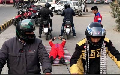 پاکستان کے طاقتور ترین آدمی کے سامنے چار موٹر سائیکلیں بھی بے بس ہوگئیں