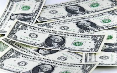 روپے کے مقابلے میں ڈالر کی قدر کم ہوگئی