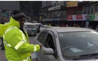 لاہور پولیس کے ٹریفک وارڈنز کی بہادری، گاڑی کا پیچھا کرکے خاتون کو اغواءکاروں کے چنگل سے چھڑا لیا