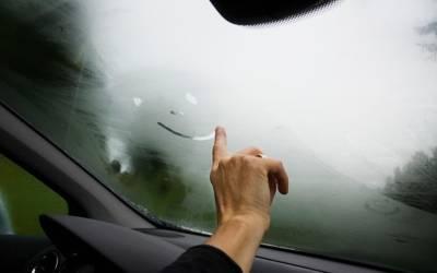 سردیوں میں گاڑی کی ونڈ سکرین پر بار بار آنے والی دھند سے جان چھڑانے کا آسان طریقہ