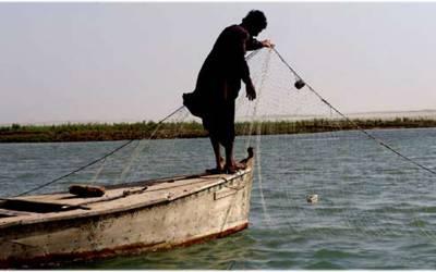 مچھیرے کو سمندر میں مچھلیاں پکڑتے پراسرار ڈبہ مل گیا، تصویر سوشل میڈیا پر لگائی تو فوراً امریکی فوج اسے لینے پہنچ گئی، آخر اس میں ایسا کیا تھا؟