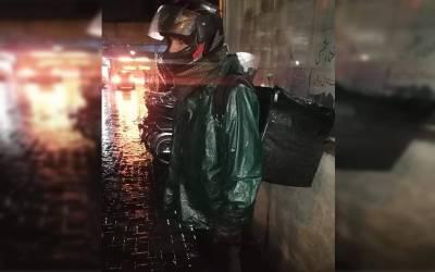 بارش میں لیٹ پہنچنے پر کسٹمر نے 3800 کا کھانا لینے سے انکار کردیا، رائیڈر کی تنخواہ 9 ہزار ، ریسٹورنٹ مالک نے پیسے سیلری میں سے کاٹنے کا حکم سنادیا، انتہائی حیران کن کہانی