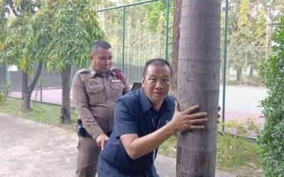 یہ پولیس اہلکار درخت کے ساتھ جنسی عمل کی کوشش میں کیوں مصروف ہیں؟ حقیقت جان کر ہنسی نہ رُکے