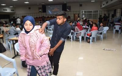 'لڑکی کو چھونے کی کوشش پر کرنٹ کا شدید جھٹکا' طلبہ نے ہراسانی کی روک تھام کیلئے انوکھی جیکٹ تیار کرلی