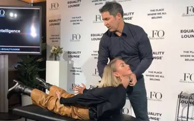ورلڈ اکنامک فورم میں جن نکالنے کا مظاہرہ؟ اس خاتون کو سٹیج پر لٹا کر کیا کیا جارہا ہے؟ دیکھ کر آپ بھی دنگ رہ جائیں