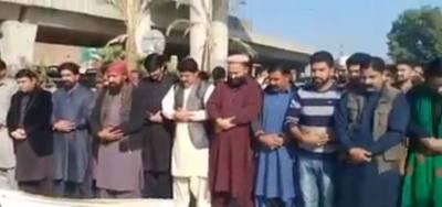 پشاور کے شہریوں نے وزیراعظم عمران خان کا علامتی جنازہ پڑھا دیا
