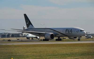 پی آئی اے کی ایئر ہوسٹس جہاز میں رنگے ہاتھوں پکڑی گئی ، جہاز سے اتار لیا گیا