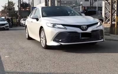 Toyota Camry میں کیا خصوصیات ہیں اور قیمت کتنی ہے؟ تمام تفصیلات جانئے