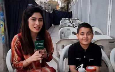 چوتھی جماعت کا طالب علم جو سموسے بیچ کر پورے گھر کا خرچ اٹھاتا ہے، اس کی ویڈیو نے پاکستانی سوشل میڈیا پر دھوم مچادی