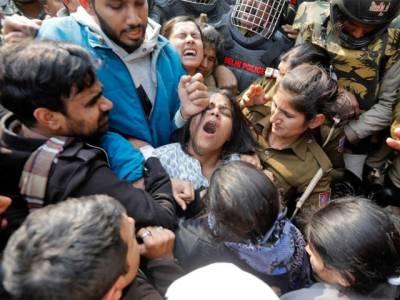 دہلی پولیس کا متنازع شہریت قانون کے خلاف احتجاج کرنے والی مسلمان طالبات کے ساتھ ایسا شرمناک سلوک کہ ہر کوئی توبہ توبہ کر اٹھے گا