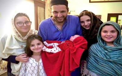 شاہد آفریدی کے گھر پانچویں بیٹی کی پیدائش ،لالہ نے ننھی کلی کی تصویر بھی شیئر کردی