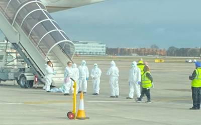 کرونا وائرس کا خطرہ، بیرون ملک سے برطانیہ پہنچنے والے طیاروں کے مسافروں کے ساتھ کیا سلوک ہو رہا ہے؟ تفصیلات سامنے آ گئیں