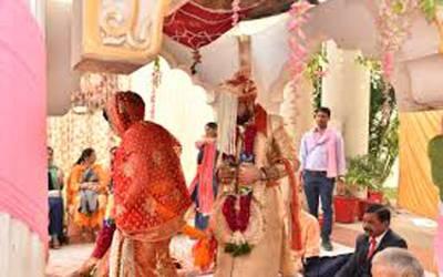 پھیروں کی بجائے آئین پر حلف اٹھا کر شادی، بھارت میں 'دیش بھکتی' کا بخار 105ڈگری پر پہنچ گیا