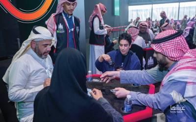 سعودی عرب مزید روشن خیال ہوگیا، خواتین اور مرد اکٹھے بیٹھ کر 'تاش' کھیلنے لگے