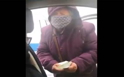 کرونا وائرس سے لڑنے کیلئے 80 سالہ چینی خاتون اپنی ساری پنشن عطیہ کرنے کیلئے پہنچ گئی ، پھر کیا ہوا؟ دیکھ کر آپ بھی جذبے کو داد دیں گے