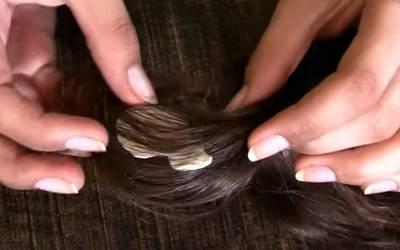 بالوں میں چیونگم چپک جائے تو انہیں کاٹنے کی بجائے یہ آسان نسخہ آزمائیے